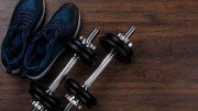 zu hause trainieren mit Hanteln-und-Sportschuhe
