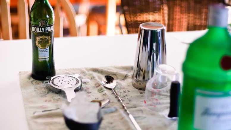 wermut-und-gin-auf-dem-tisch